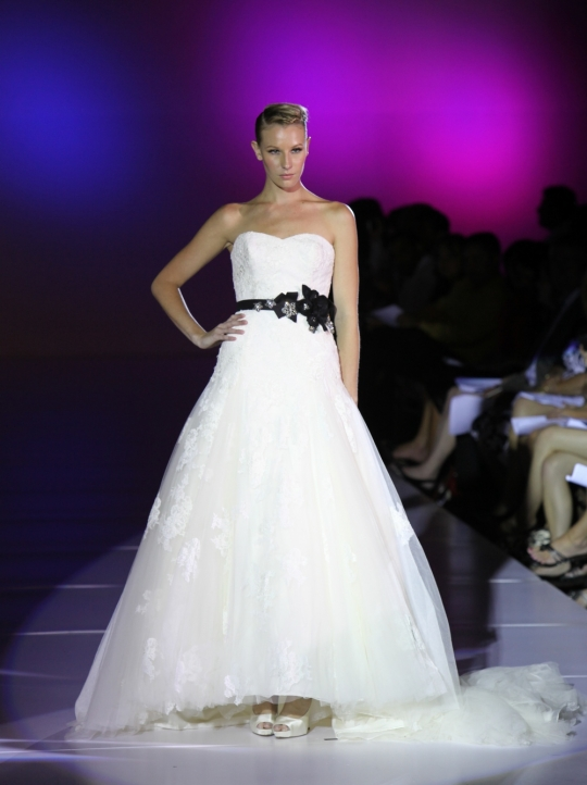 Blue by Enzoani 39s wedding dress style Dabra is a white strapless neckline