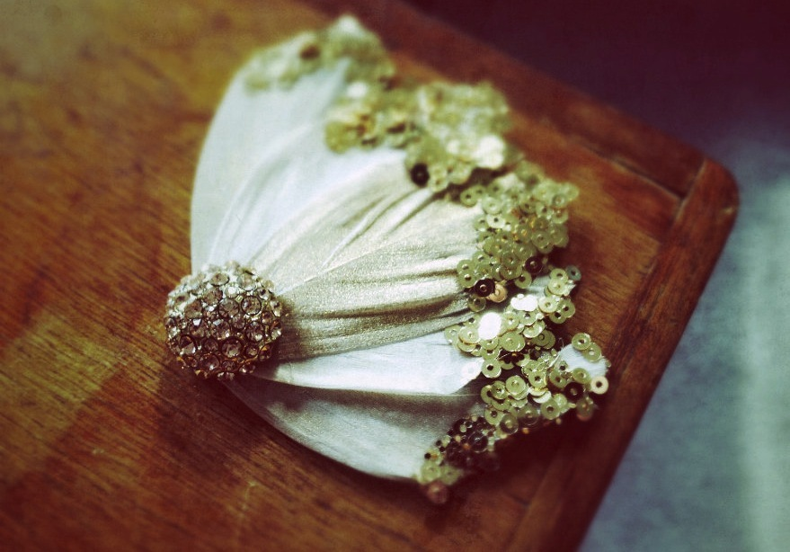 Wedding-accessories-bridal-style-inspiration-sequin-feather-fascinator.full