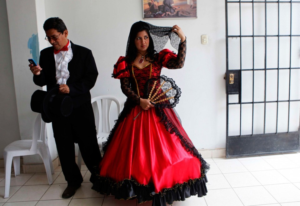 Bride-and-groom-in-costume-mass-wedding-lima-peru.full