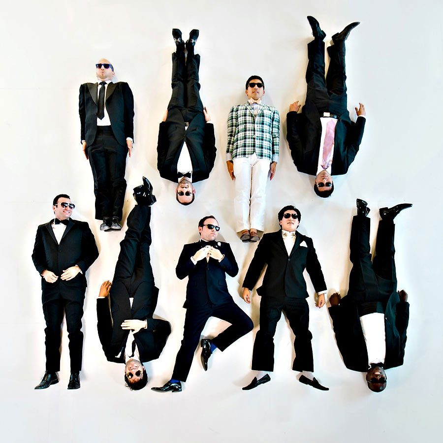 Amazing-wedding-photo-of-groom-with-groomsmen.full