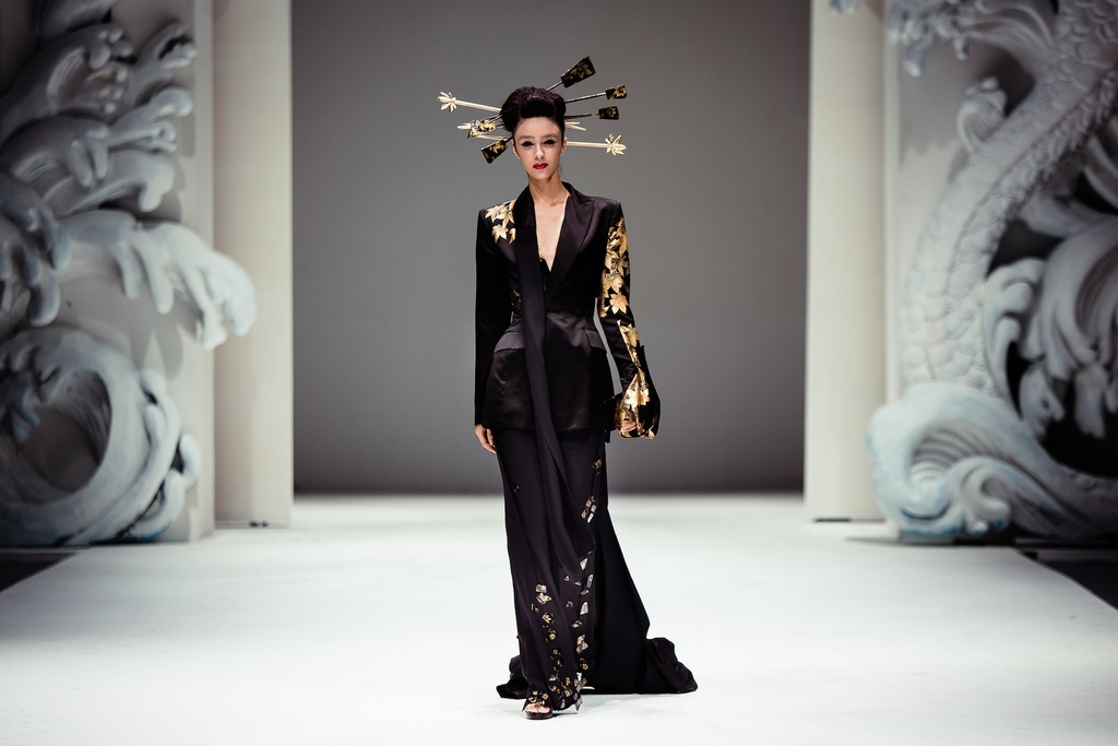 Cultural-wedding-inspiration-black-oriental-bridesmaid-look.full