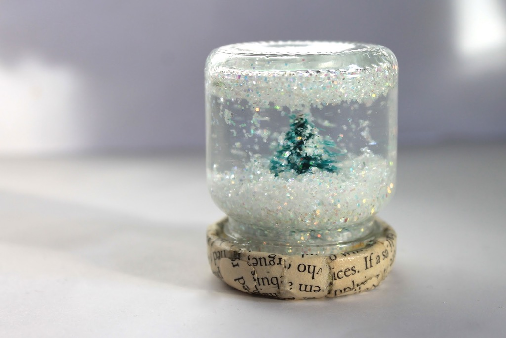 Mini-diy-snow-globes-for-winter-weddings.full