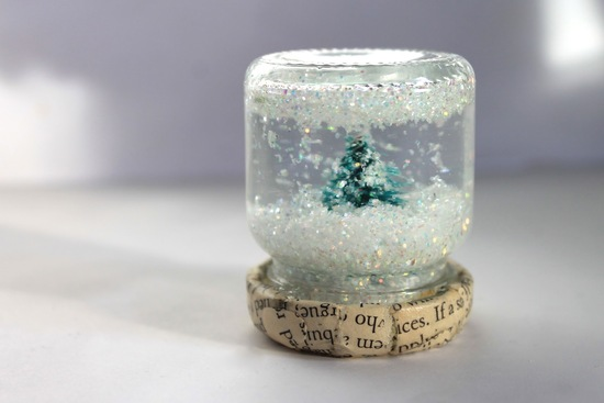 Mini DIY snow globes for winter weddings