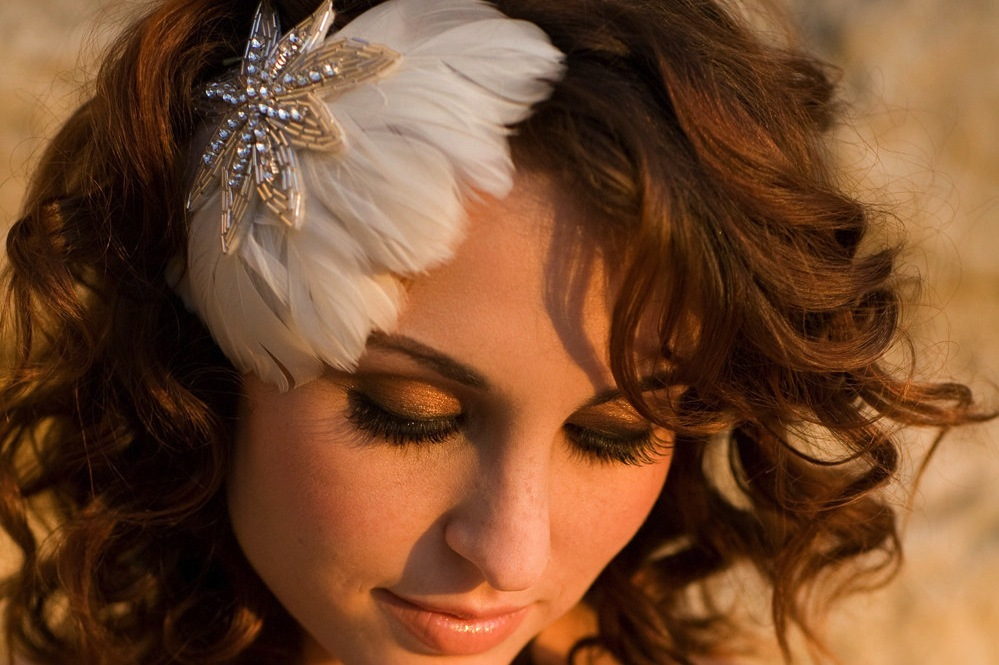 Feather-fascinator-for-vintage-brides.full