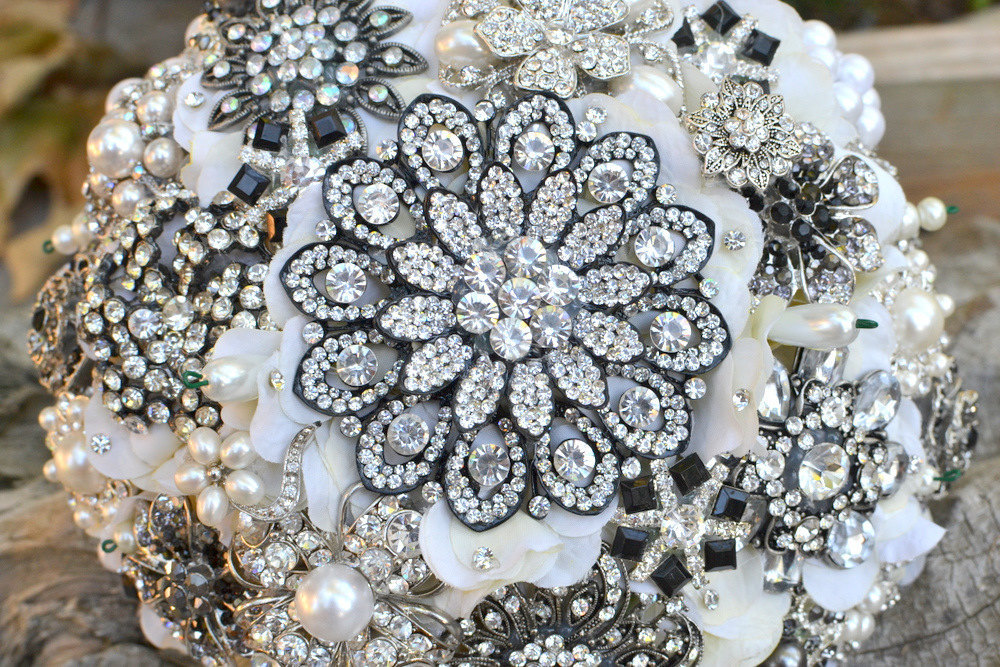 Snowflake-inspired-bridal-brooch-bouquet.full