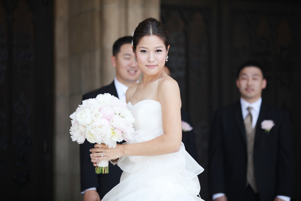 Classic-bride-with-light-pink-peony-bouquet.full