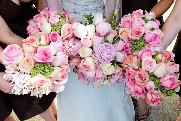 Pink-roses-for-bride-and-bridesmaid-bouquets.full