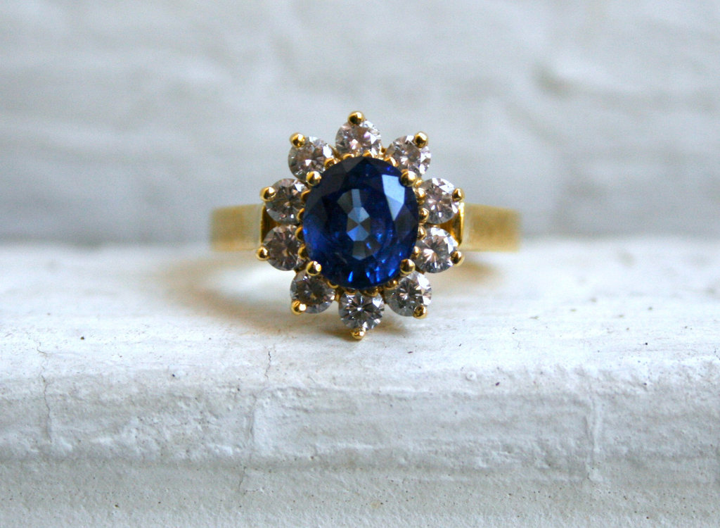 Starburst-engagement-ring-with-sapphire-center-stone.full