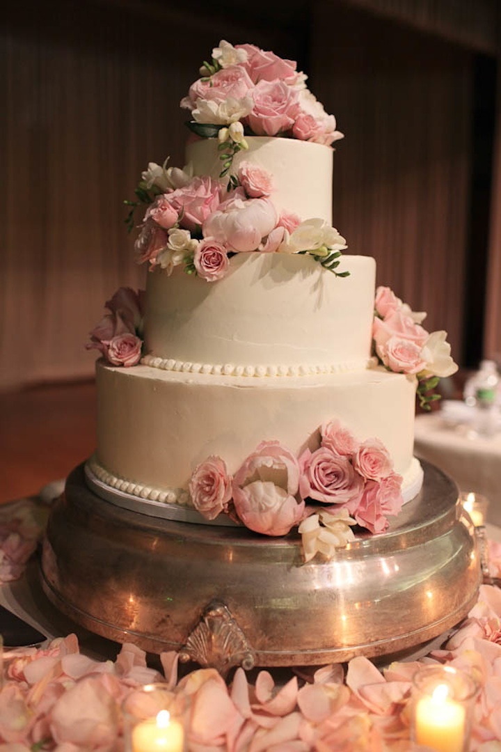 Classic-wedding-cake-with-romantic-pink-flowers.full