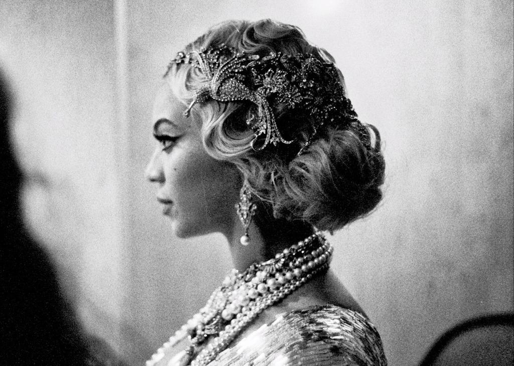 Beyonce-wears-great-gatsby-inspired-headdress.full