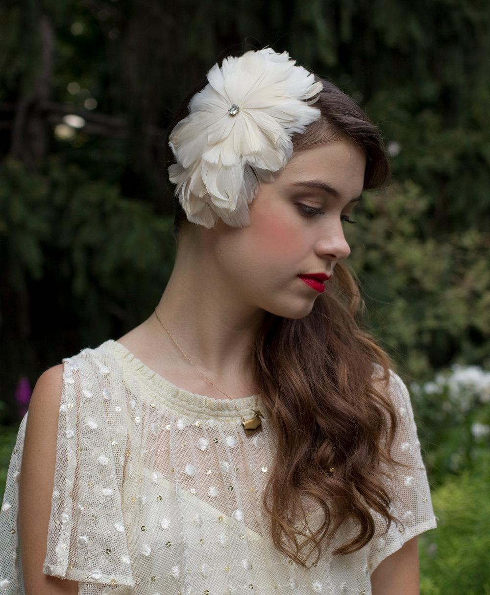 Cream-feather-fascinator-for-elegant-brides.full