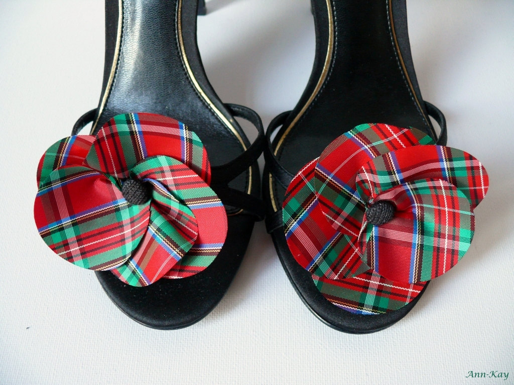 Tartan-wedding-pretties-for-classic-winter-brides-shoe-clips.full
