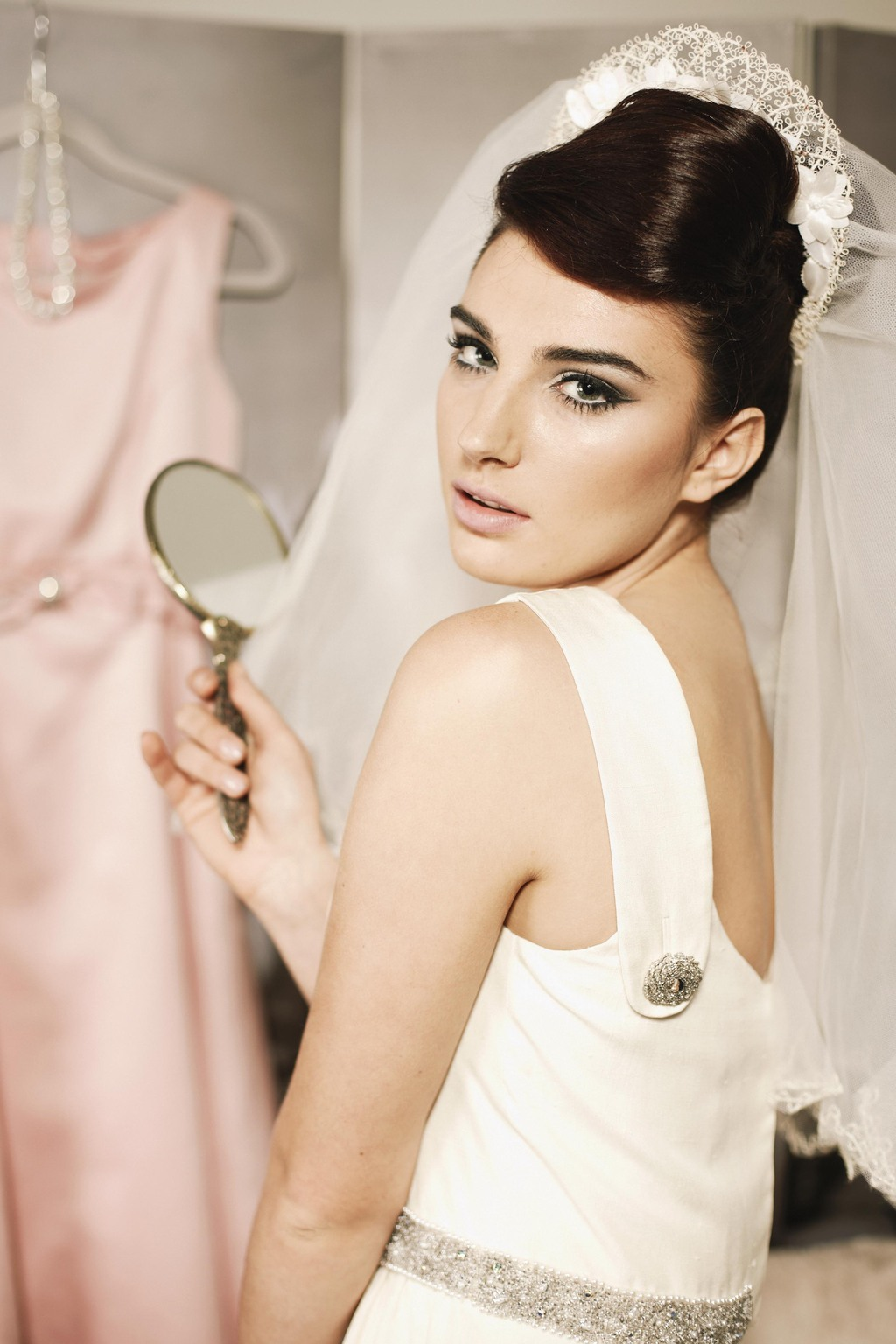 Stunning-1960s-inspired-bride.full