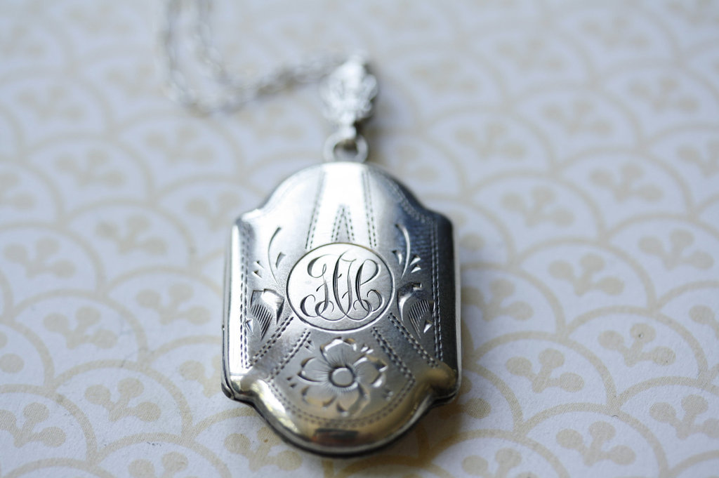 Silver-engraved-vintage-pendant-necklace.full