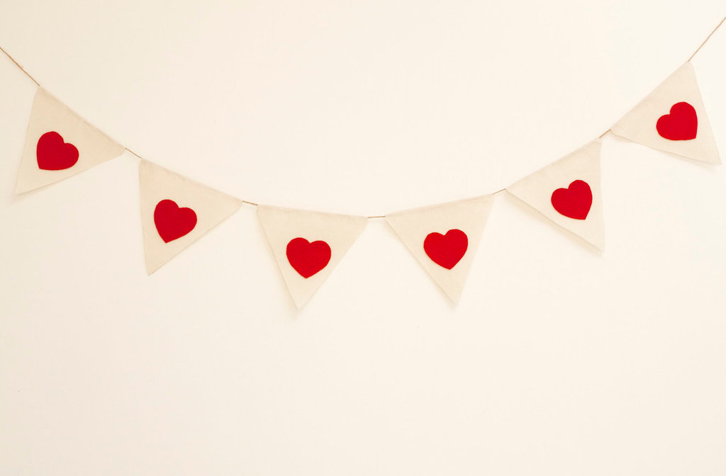 Fabric-bunting-with-red-hearts-for-wedding-reception-decor.full