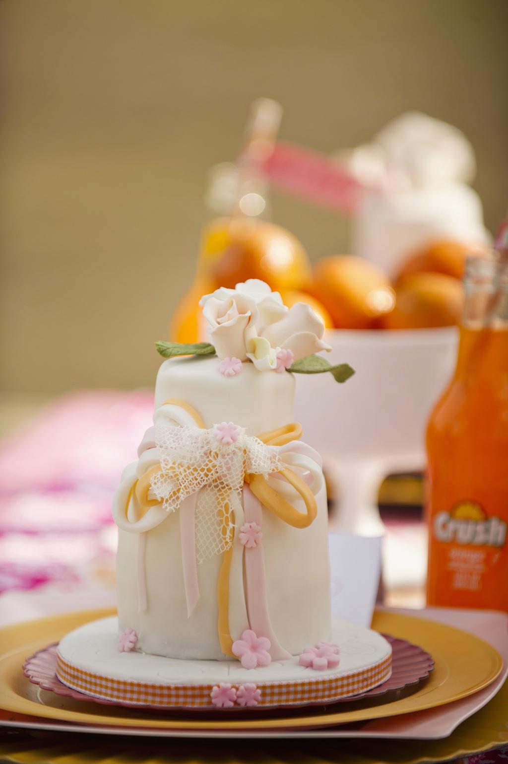 Mini-wedding-cake-in-romantic-pastels.full