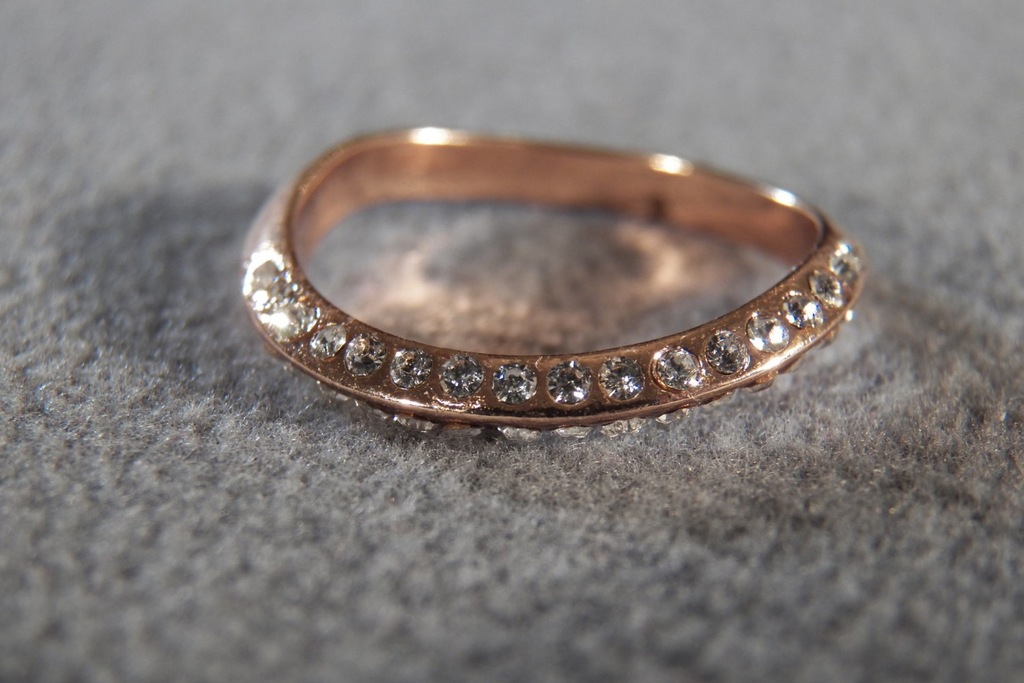 Vintage-rose-gold-wedding-band-with-diamonds.full