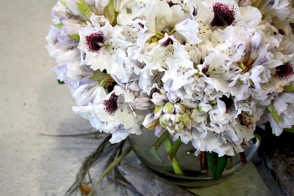 Elegant-white-wedding-flower-centerpiece-with-deep-wine-pops.full