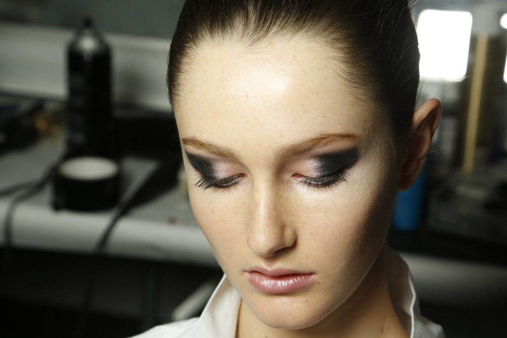 Wedding-makeup-inspiration-michael-kors-charcoal-peach-eye-shadow.full