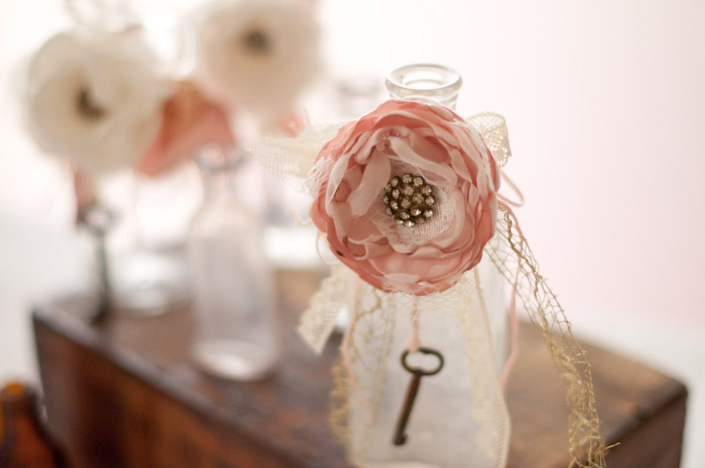 Blush-and-ivory-vintage-wedding-decor.full