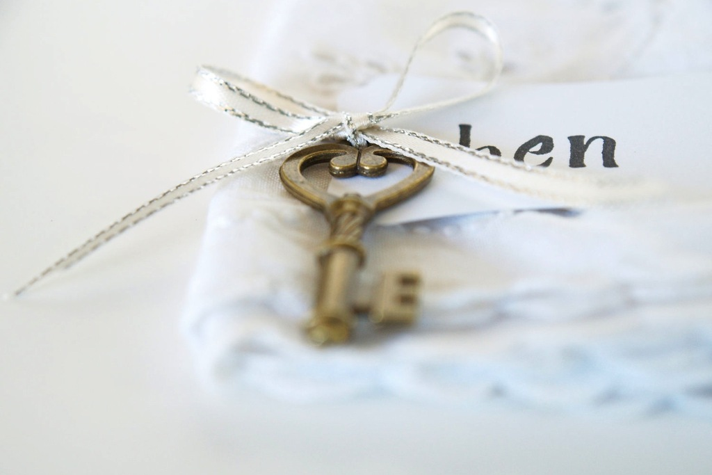 Vintage-wedding-escort-cards-gold-key-silver-ribbon.full