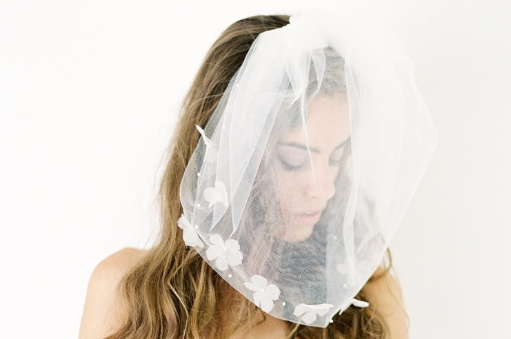Pouf bridal veil with pretty white petals