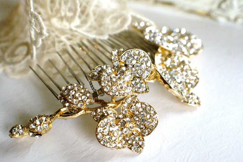 Gold-and-crystal-vintage-inspired-wedding-hair-comb.full