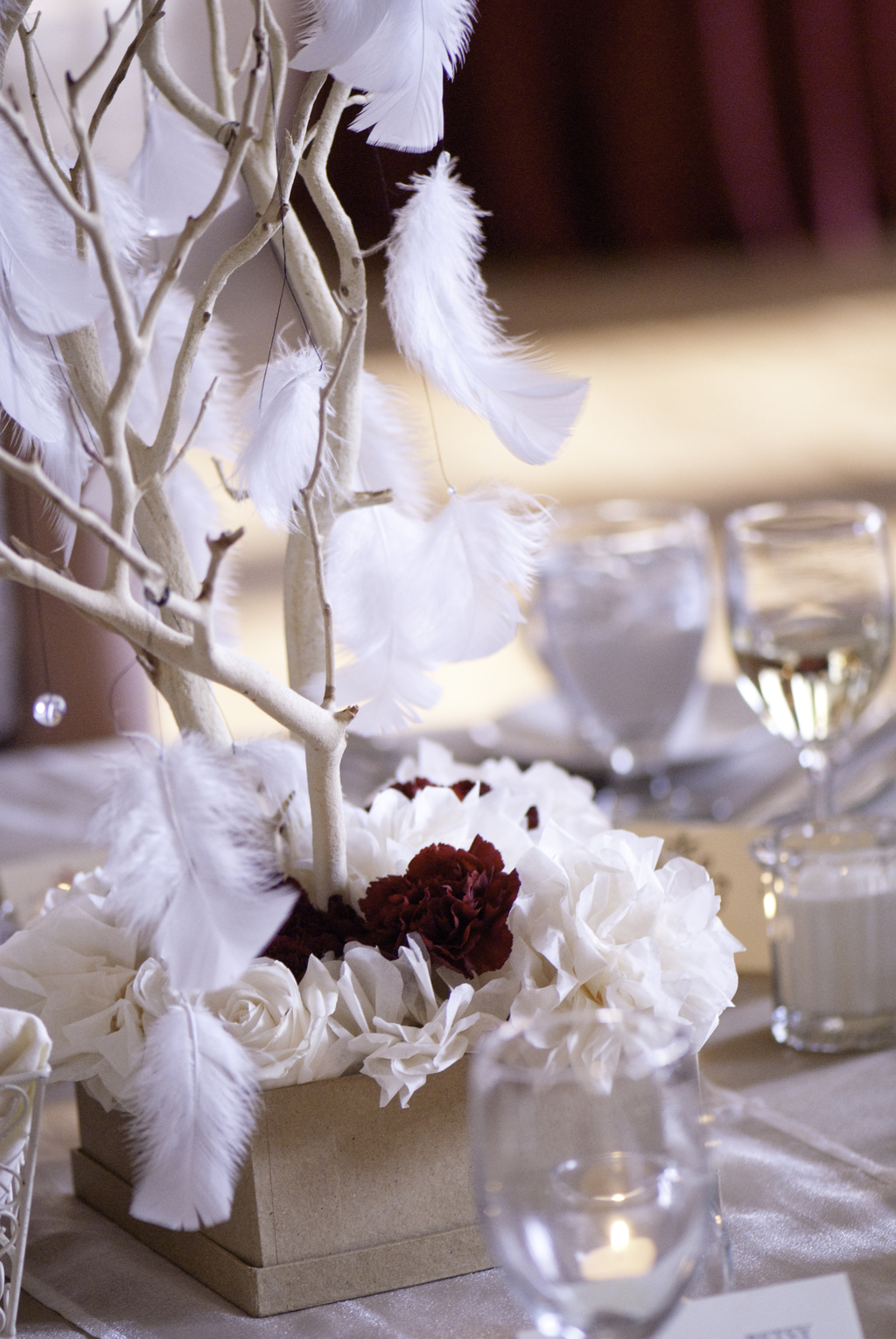 Whimsical-wedding-centerpieces-with-branches-feathers-roses-carnations.full