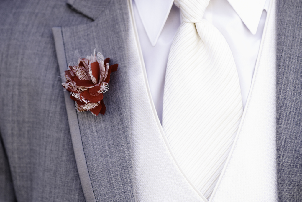 Modern-groom-wears-gray-suit-white-tie-red-boutonniere.full