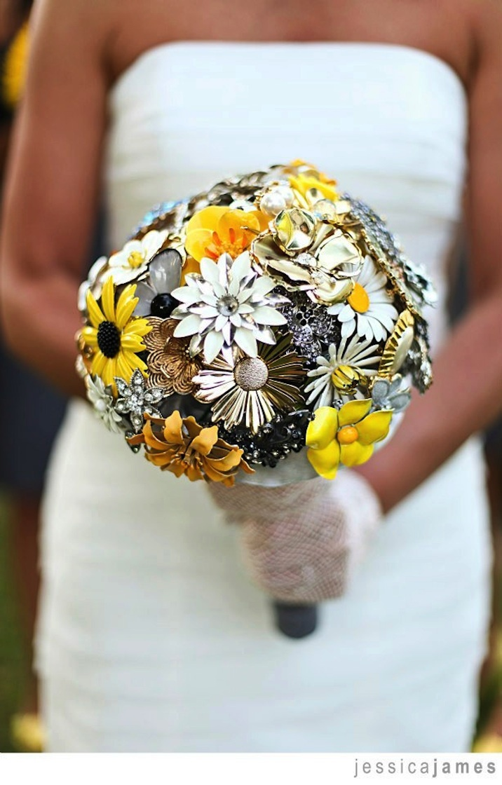 Brooch-wedding-bouquet-yellow-gold-black.full