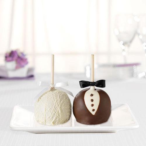 Bride_and_groom_gourmet_apples_petite.full