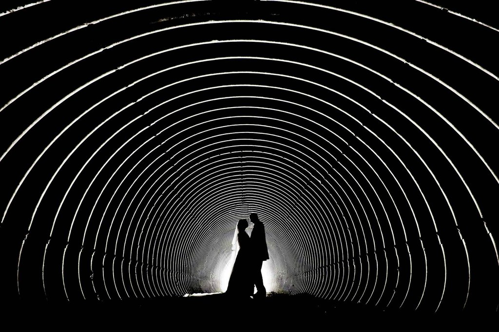 Artistic-wedding-photography-tunnel-vision.full