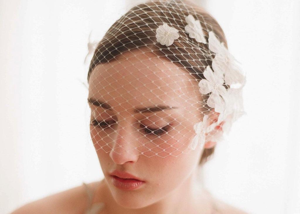Net-bridal-blusher-embellished-with-flowers.full