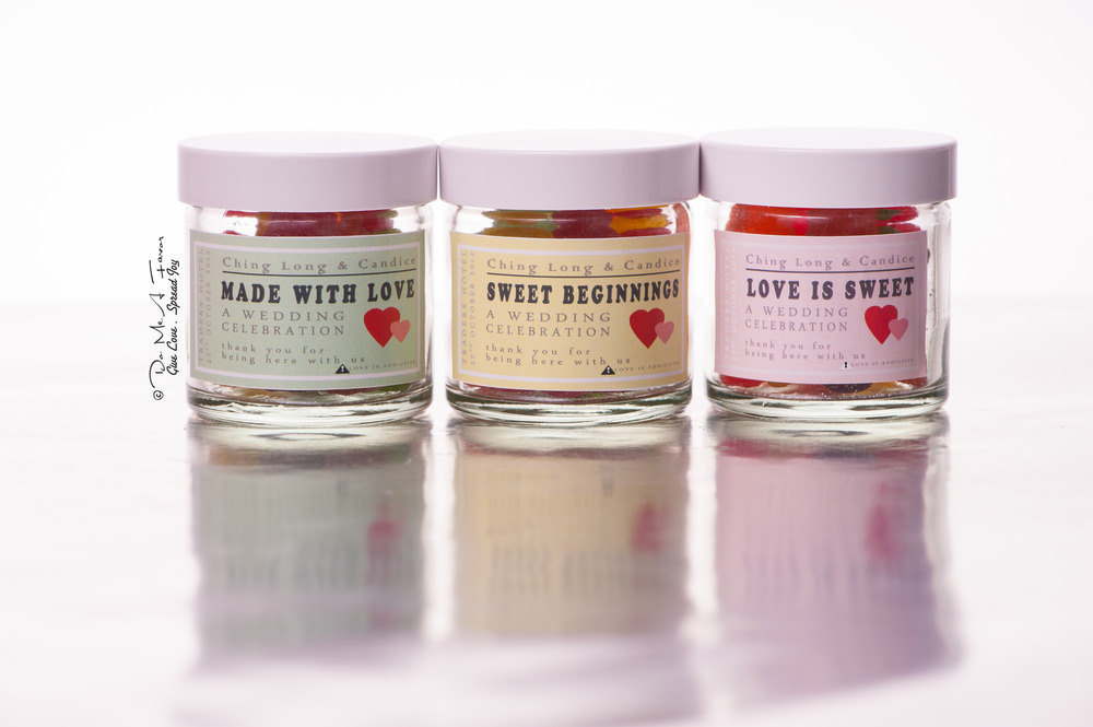 Gummy-candy-wedding-favors-in-custom-jars.full
