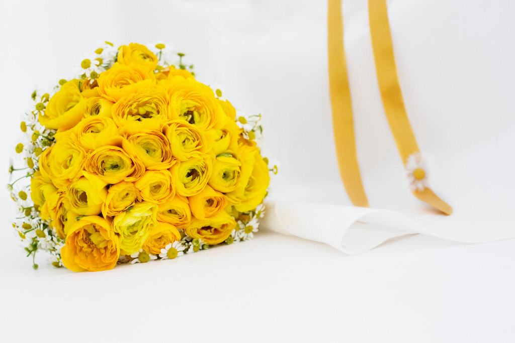Yellow-and-white-daisy-and-ranunculus-bridal-bouquet.full