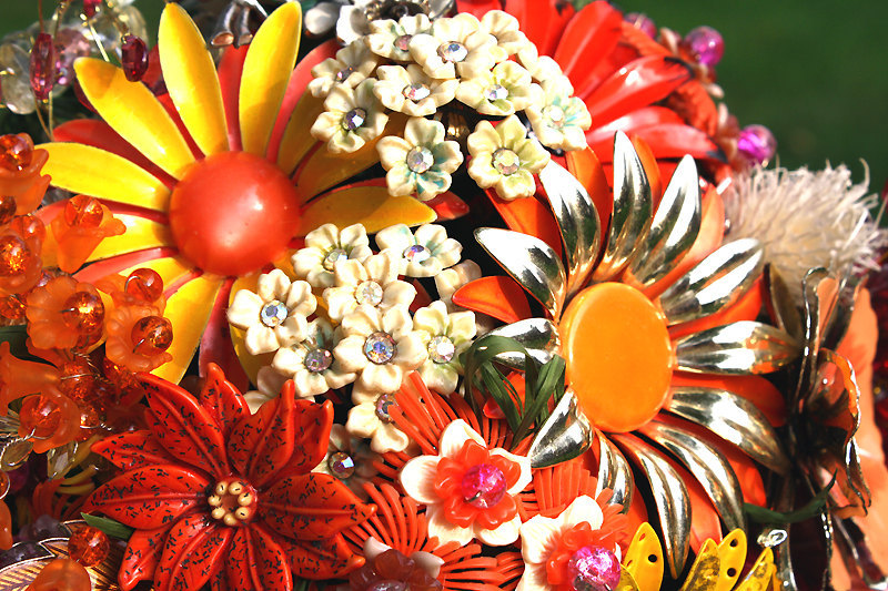 Vintage-brooch-bouquet-with-orange-yellow-silver-daisies.full