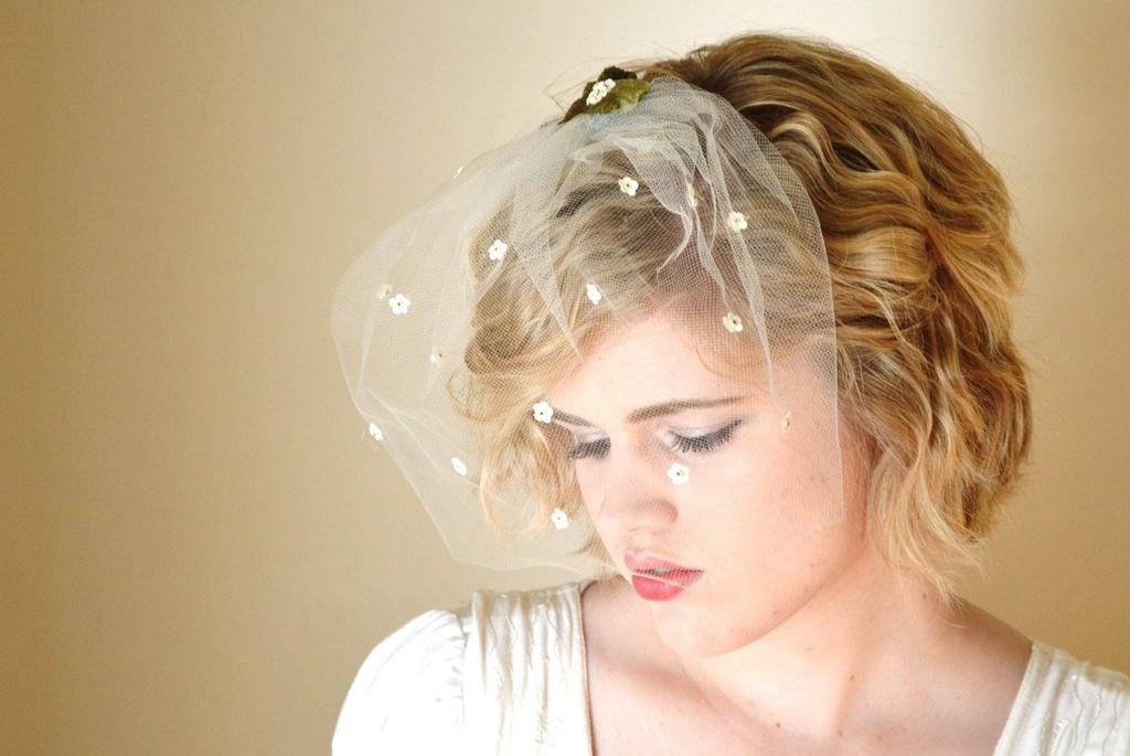 Delicate-daisy-adorned-wedding-veil.full
