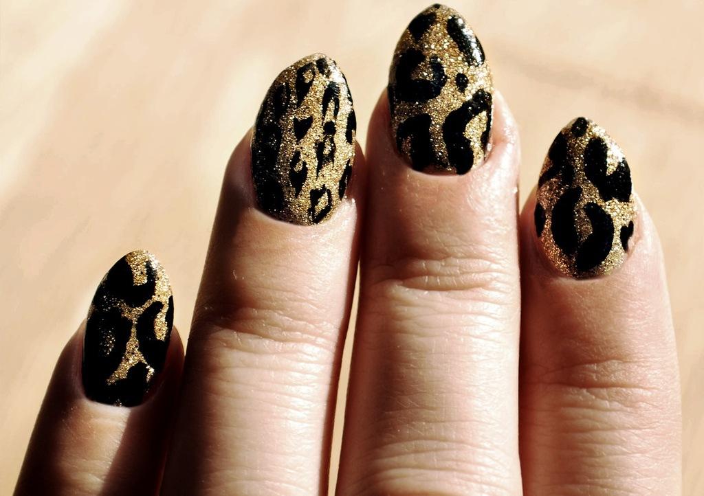 Wild-wedding-manicure-black-gold-glitter.full