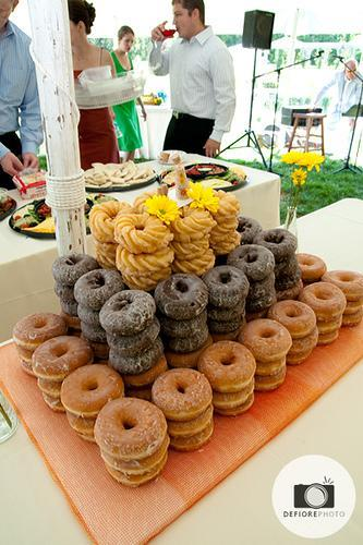 Keep your Wedding Guests Happy with Glazed and Chocolate Donuts