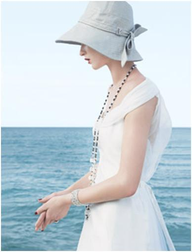 Picture Hat: Casual off-white hat perfect for a seaside affair