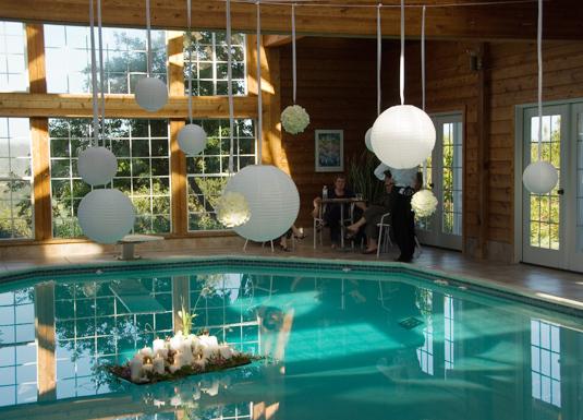 Whitewedding_poolhouse-floating-centerpiece.full