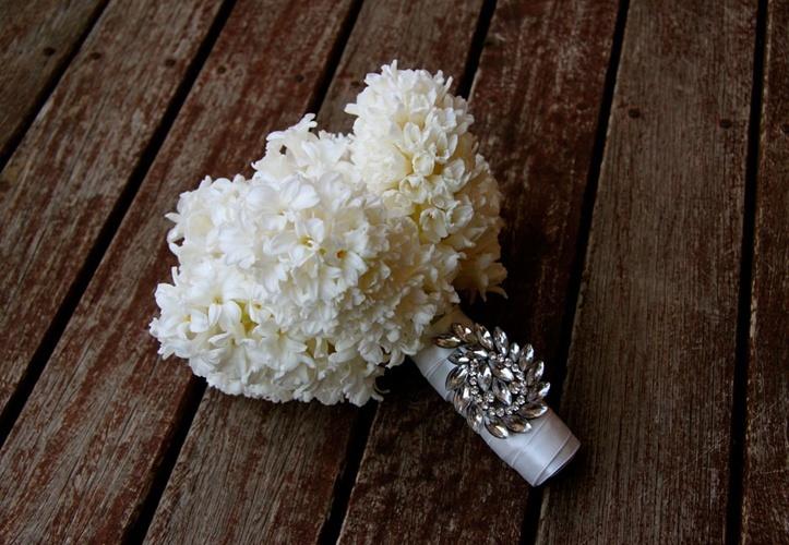Simple-ivory-hyacinth-wedding-bouquet.full