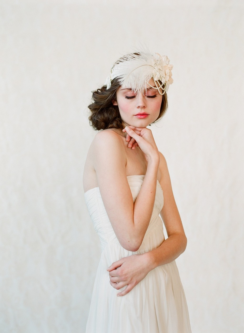 Flapper inspired wedding headpiece with feathers and pearls