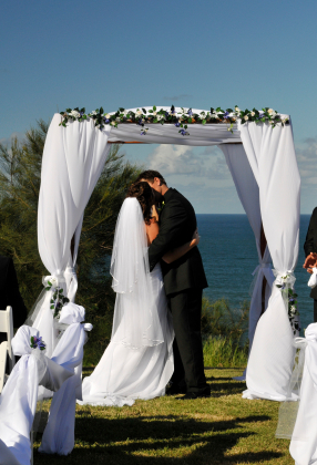 Top_tips_outdoor_wedding_bride_groom_0.full