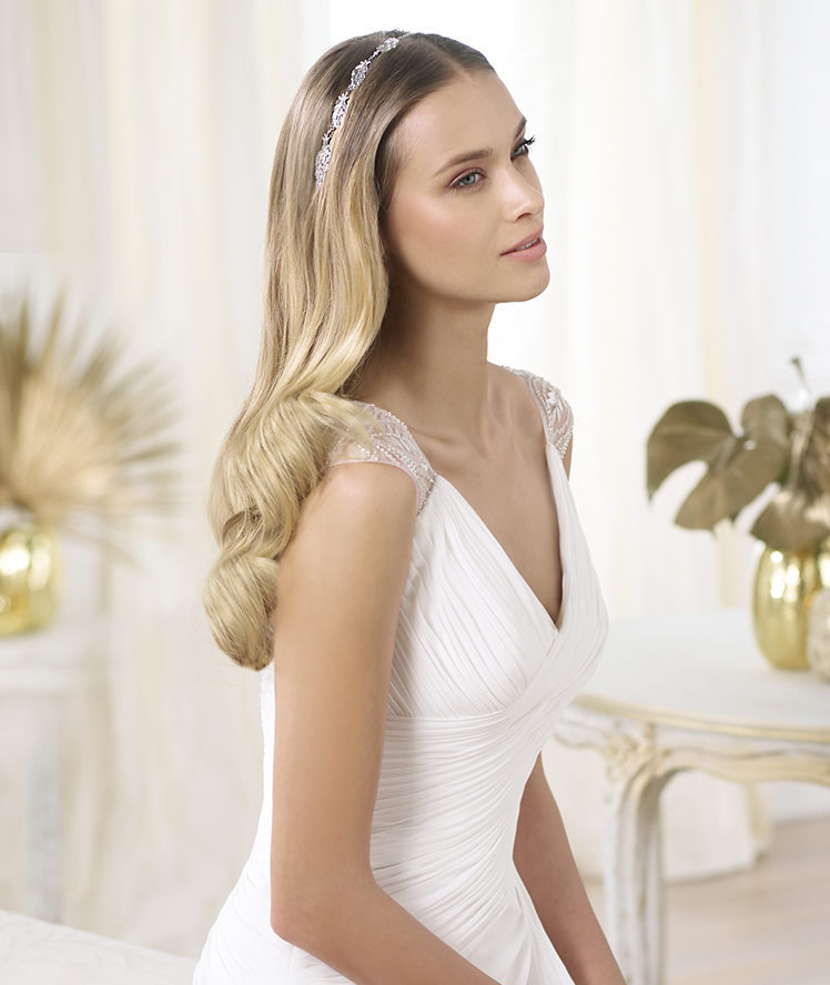 Gorgeous wedding hair loose waves by Pronovias
