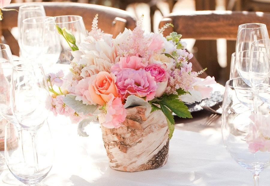 Romantic-wedding-centerpiece-in-rustic-wood-vase.full