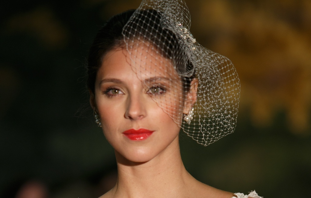 Red-glossy-lips-and-birdcage-veil-at-anne-barge.full