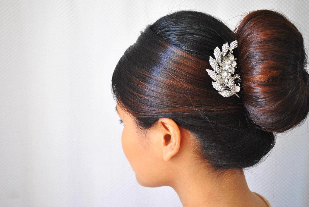 Sleek-bridal-bun-with-crystal-hair-comb.full
