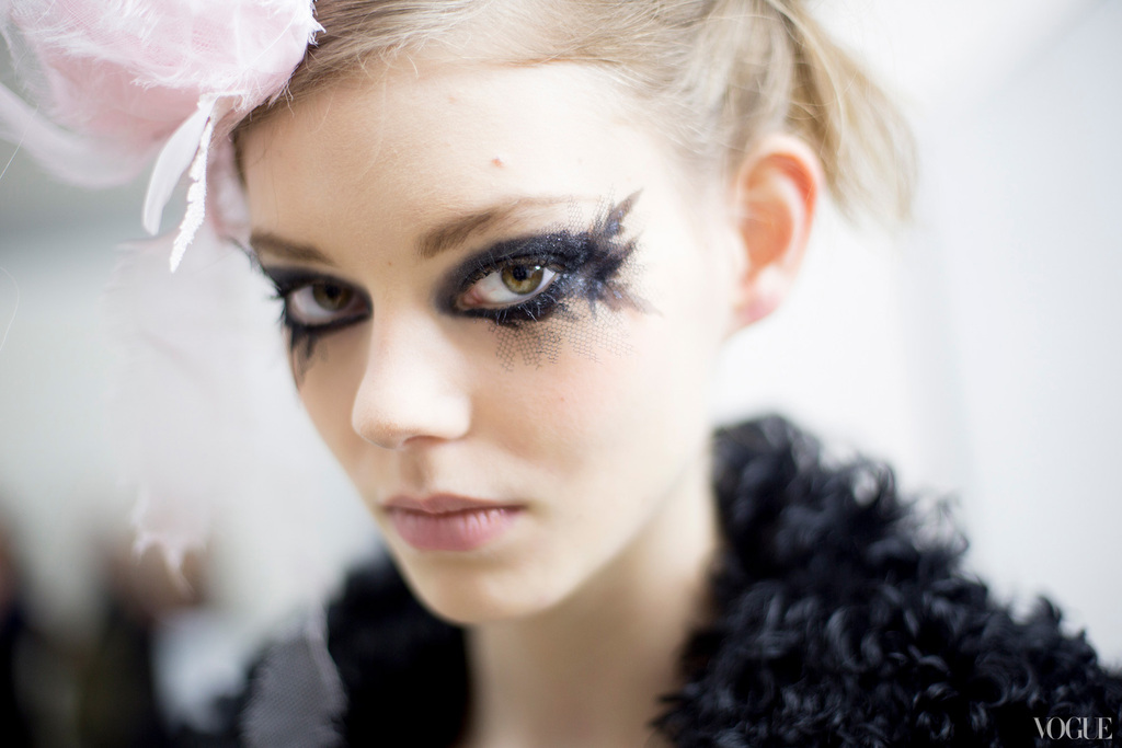 Black-tulle-lined-eyes-daring-bridal-makeup.full
