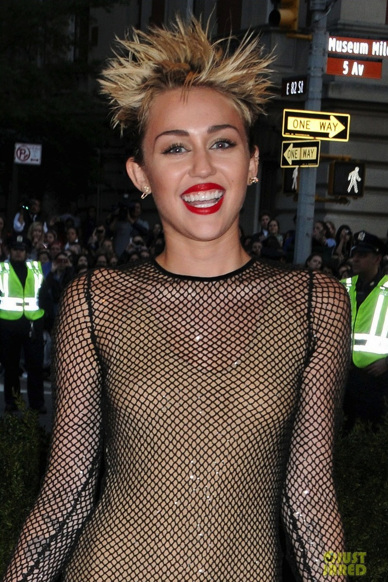 Miley-cyrus-met-ball-2013-red-carpet-04.full